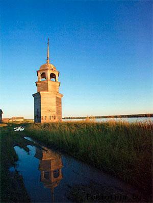 Колокольня в Пияле стоит на самом берегу Онеги.