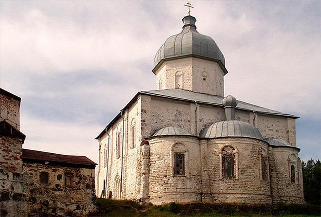 Каменные здания Крестного монастыря на острове Кий