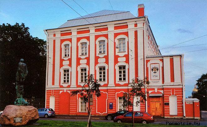 Здание Двенадцати коллегий на Университетской набережной в Санкт-Петербурге