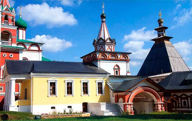 Троицкая надвратная церковь