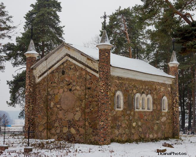 Каплица на католическом кладбище в Коссово