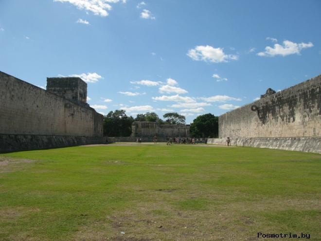 Поле для игры в мяч в древнем городе Майя Чичен-Ица