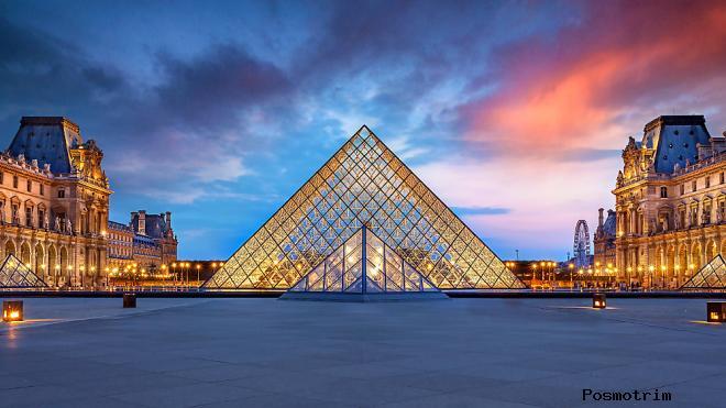 Стеклянная пирамида Лувра — вход в музей