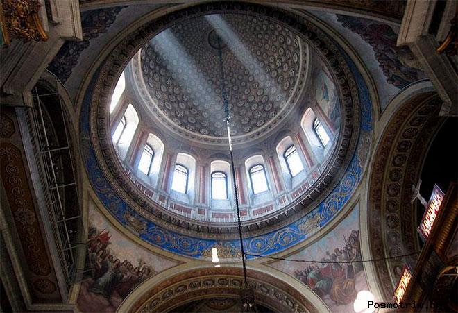 Внутри храма Мартина Исповедника на Таганке в Москве