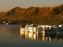 Озерный дворец в городе Удайпур Индия