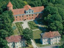 Замок Раудондварис фото история легенды описание